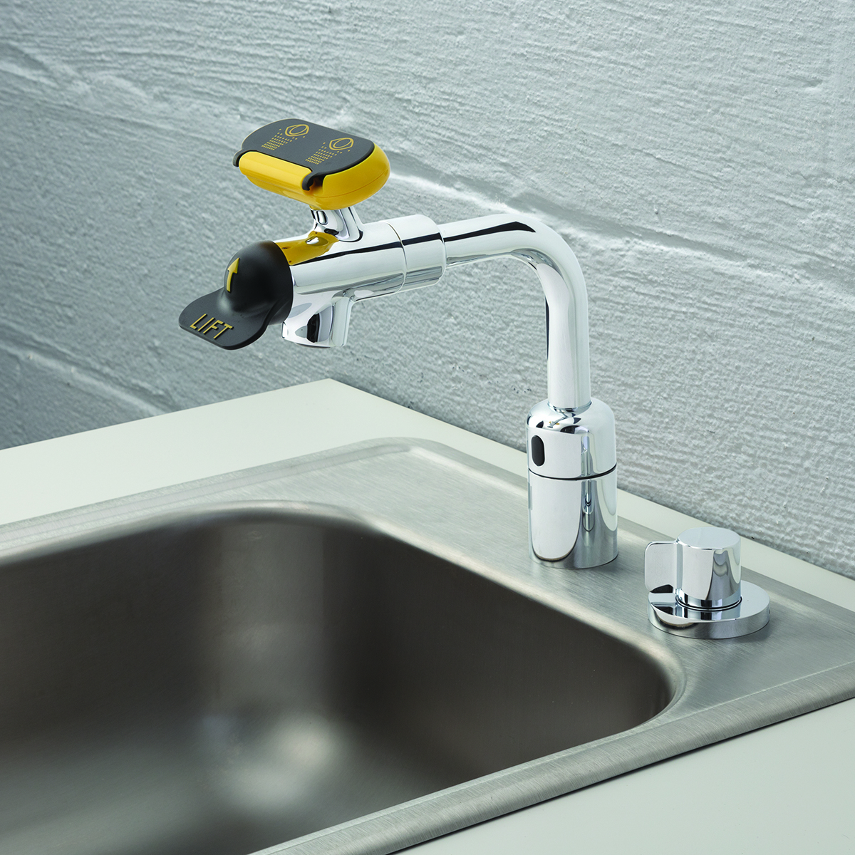 Speakman Eyesaver Sef 18207 Ac Powered Sensor Eyewash Faucet With Manual Override Speakman